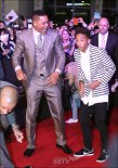 "07/05/13 Will y Jaden Smith bailan ""Gangnam Style"" en la alfombra roja de ""After Earth""!"